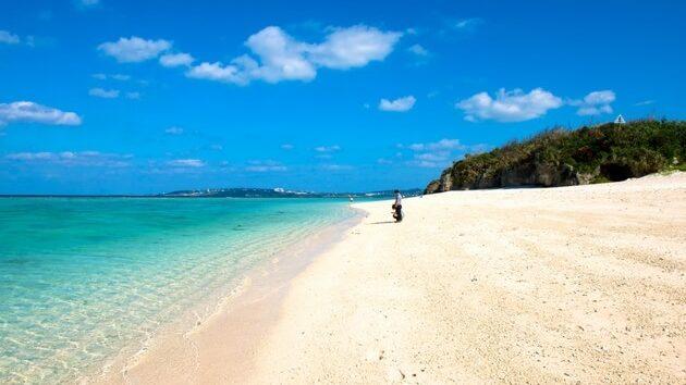 瀬底島のビーチ